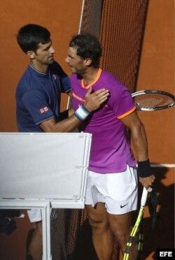 (i-e) Djokovic y Nadal tras el partido de semifinales del Mutua Madrid Open 2017.