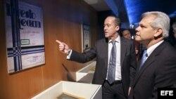 El consejero de Cultura del Cabildo de Gran Canaria, Larry Álvarez (i), charla con el consul de Cuba, Luis R. Molina Abrahantes (d), durante la inauguración de la exposición de homenaje al compositor cubano de raíces canarias Ernesto Lecuona.