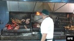 Un hombre hace una asado en un restaurante de Montevideo (Uruguay).