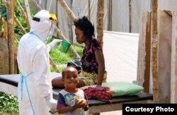 Sin camas: Save the Children atiende a pacientes de ébola en Sierra Leona.
