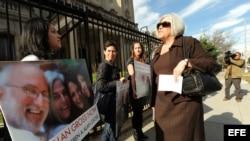 Judy Gross ha movido por su marido cielo y tierra. En la foto, protestando frente a la Sección de Intereses de Cuba en Washington DC.