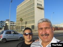 Reporta Cuba. Nilo Alejandro (d) frente a la embajada de EEUU en La Habana.