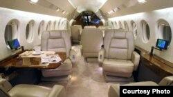Interior del Falcon 900 EX del presidente de Bolivia, Evo Morales, avión similar al utilizado por Raúl Castro