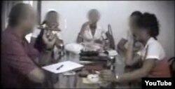 Escena del documental del canal español Telecinco sobre la prostitución de menores en Cuba. Las entrevistadas vestían uniformes de secundaria. Un periodista fue encarcelado.