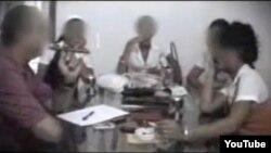 Escena del documental de Telecinco (2008) sobre la prostitución iinfantil en Cuba. Las jóvenes entrevistadas (con los rostros velados) vestían uniforme de secundaria.