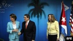 Nancy Pelosi, Bruno Rodríguez y Josefina Vidal (i-d).