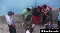 Arresto de Juliet Michelena. Foto: Red Cubana de Comunicadores.