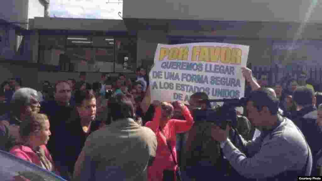 Cubanos reunidos a las puertas de la Embajada de México en Ecuador.