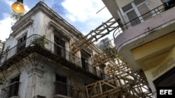 Un viejo edificio de la parte colonial de La Habana se encuentra sujeto a uno más moderno para evitar su derrumbe.