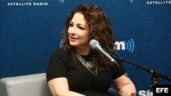 Fotografía cedida por la radio por satélite SiriusXM de la cantante Gloria Estafan es sus estudios hoy, jueves 2 de junio de 2016, en Miami (Fl, EE.UU.).