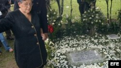 Madre del extinto capo del narcotráfico Pablo Escobar Gaviria, reza al lado de la tumba