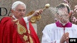 El papa Benedicto XVI durante la misa del Domingo de Ramos, en la Plaza de San Pedro del Vaticano, en la Ciudad del Vaticano. EFE/Alessandro Di Meo