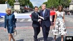 El presidente de Francia, Emmanuel Macron (2i), y su esposa, Brigitte Macron (i), despiden al presidente estadounidense, Donald Trump (2d), y a su esposa, Melania Trump (d), tras asistir al desfile militar por el Día de la Bastilla en los Campos Elíseos e