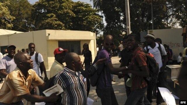 Seguidores y detractores del expresidente de Haití Jean Claude Duvalier (1971-1986) se enfrentan hoy, jueves 7 de febrero de 2013, a la entrada de un tribunal en Puerto Príncipe.