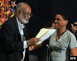 El politólogo y economista cubano Esteban Morales (i) saluda a la socióloga cubana Zuleica Romay. (Archivo).