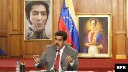 El presidente de Venezuela, Nicolás Maduro junto a su canciller, Elías Jaua (d), en el Palacio de Miraflores en Caracas (Venezuela).