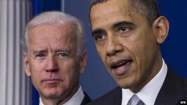 Fotografía de archivo. El presidente estadounidense, Barack Obama (d), y el vicepresidente, Joe Biden (i), en la Casa Blanca en Washington DC, hablaron del control de las armas a raíz de la masacre en una escuela de Newtown.