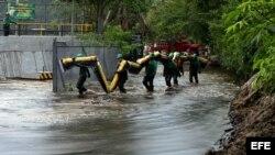 Fotografía de archivo de trabajadores de la empresa Ecopetrol intentando controlar un derrame de petróleo del oleoducto Caño Limón-Coveñas en diciembre de 2011. EFE/MANUEL HERNÁNDEZ