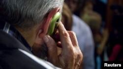 Fidel Castro habla de su celular.