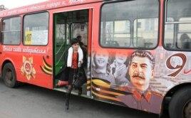 Los autobúses con retratos de Stalin en Rusia.