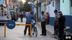 Policías cubanos controlan el acceso frente a la sede del tribunal municipal de la ciudad de Bayamo (Granma).