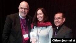 Mariela Castro junto al Rev. Elder Troy Perry, Obispo fundador de la ICM, y el Rev. Elder Héctor Gutiérrez (der.).