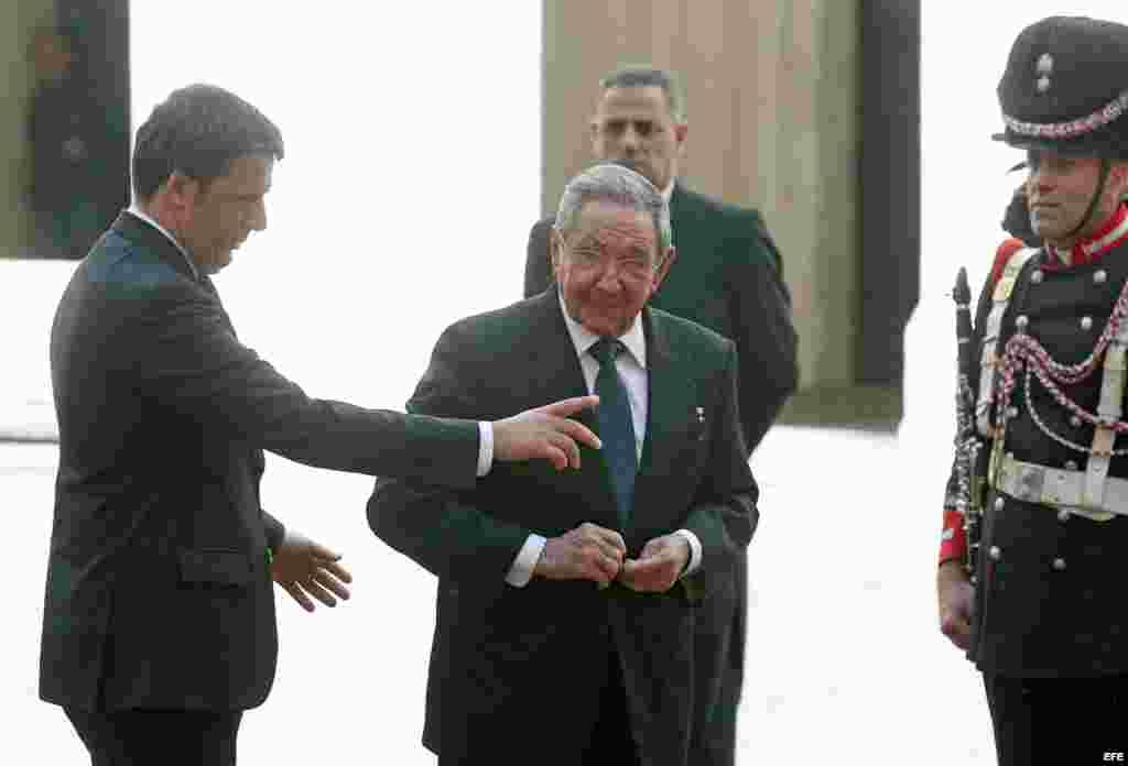 Matteo Renzi, premier italiano, recibe a Raúl Castro.