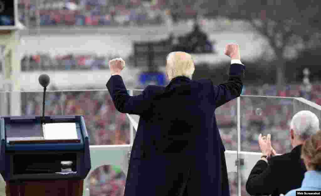 """""""A partir de este día, una nueva visión gobernará nuestra país. Desde este momento será sólo primero Estados Unidos, primero Estados Unidos. Cada decisión sobre comercio, impuestos, inmigración, política exterior se hará para beneficiar a los trabajadores estadounidenses, a las familias estadounidenses"""": Donald J. Trump tras prestar juramento el viernes, 20 de enero."""