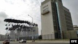 """Vista del edificio de la Sección de Intereses de EEUU en Cuba (SINA) ubicado en el malecón habanero. Cuba negó, hoy martes 13 de junio, los cortes """"premeditados"""" en el suministro de luz y agua a la SINA y acusó a Washingt"""