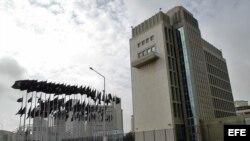 Vista del edificio de la Sección de Intereses de EE.UU. en Cuba (SINA) ubicado en el malecón habanero.