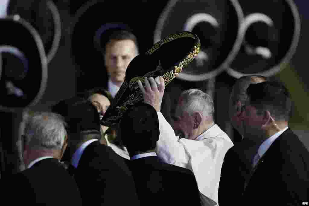 El papa Francisco (i) saluda a un grupo de mariachis a su llegada a México.