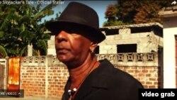 Ronald (Ishmael) LaBeet, fugitivo de la justicia de EE.UU. en su barrio de la ciudad de Holguín, Cuba.