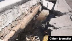 Partes del muro rotas y repletas de desperdicios.