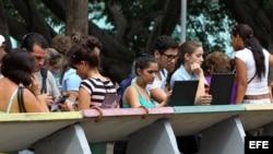 Varios jóvenes navegan por internet usando una red wifi en La Habana (Cuba).