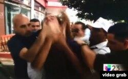 """Agentes de civil tapan la boca del opositor cubano Lázaro Yuri Valle mientras grita """"¡Vivan los derechos humanos!"""" (Univision23)"""