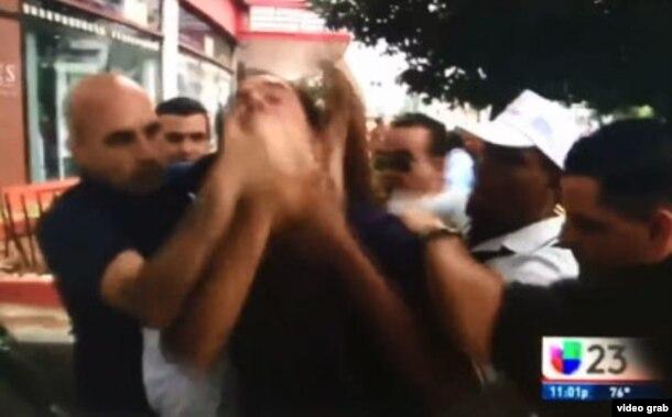 """Agentes de civil tapan la boca del opositor cubano Lázaro Yuri Valle mientras grita """"¡Vivan los derechos humanos!"""" (Univision)"""