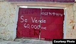 Anuncio de venta en la puerta de un garaje en Cuba. Foto: Yusnaby.
