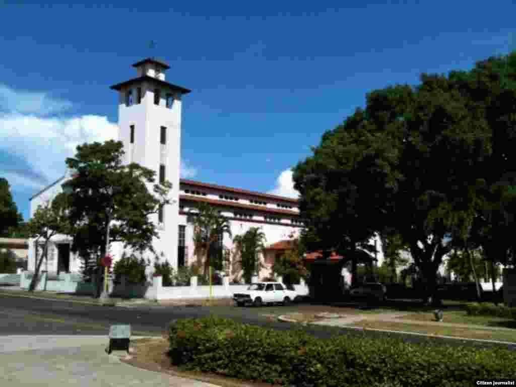 Iglesia Santa Rita (izq) y Parque Gandhi (Der)