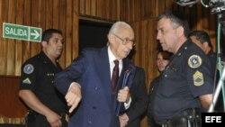 Jorge Videla, jefe de la junta militar argentina durante la dictadura, asiste al juicio que se le seguía por crímenes de lesa humanidad.