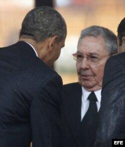 El presidente estadounidense, Barack Obama (i), saluda al gobernante cubano, Raúl Castro.
