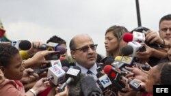 El abogado Gerardo Fernández (c), miembro del equipo de campaña del líder opositor venezolano, Henrique Capriles, da declaraciones a la prensa hoy, martes 2 de Mayo del 2013, en la sede del Tribunal Supremo de Justicia tras presentar la impugnaci'on a las elecciones