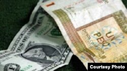 Un dólar se cambia en las casas de cambio estatales de Cuba por 87 centavos de CUC