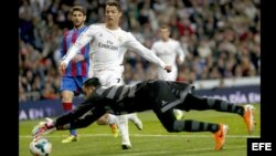 El delantero portugués del Real Madrid Cristiano Ronaldo presiona al portero del Levante