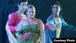 Bailarines miran sorpendidos a espontánea en el segundo acto de El Lago de los Cisnes.