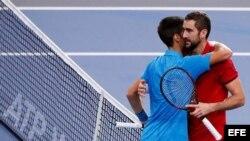 Djokovic (d) felicita a Cilic (i) por su victoria.