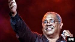 Pablo Milanés saluda al público durante un concierto en el Teatro Nacional de La Habana.