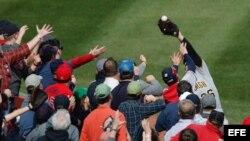 Adam Frazier de los Piratas de Pittsburgh atrapa una bola cerca del público.