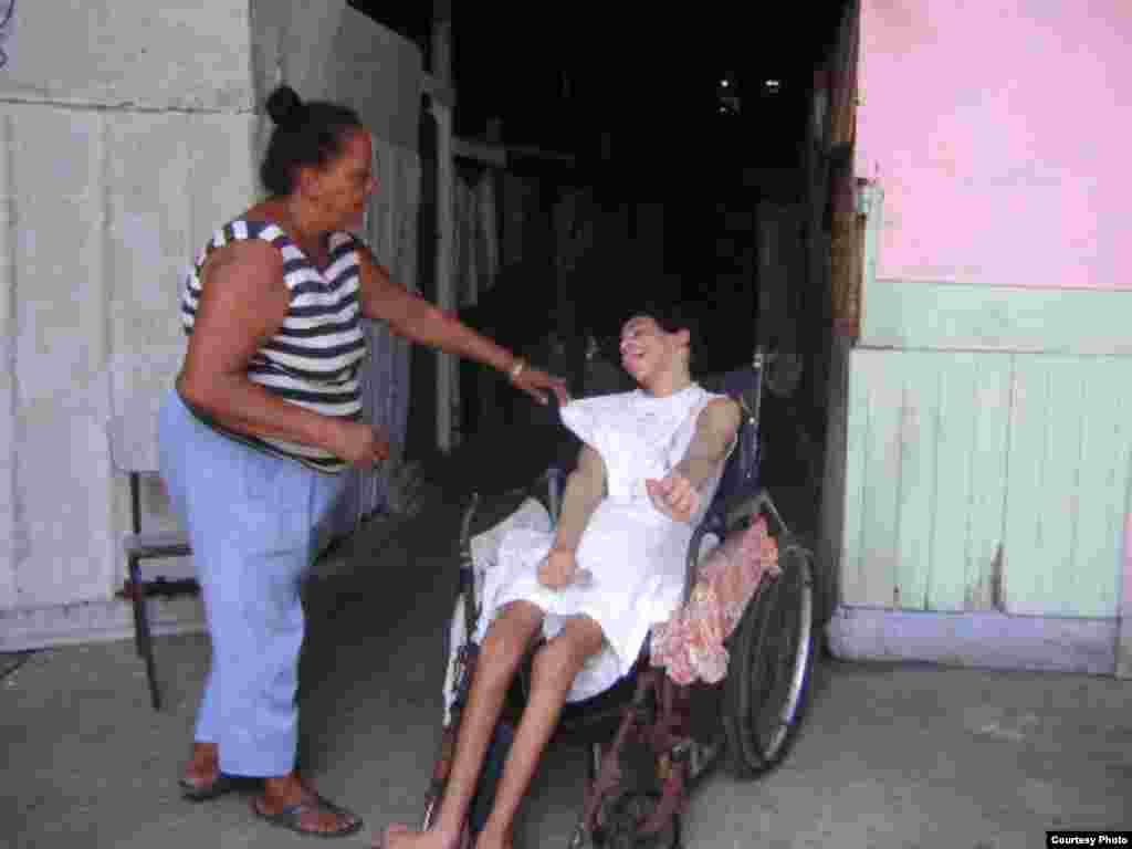 Yeison Olivera Pérez junto a su madre. Fotos: Pastor Alejandro Hernández.