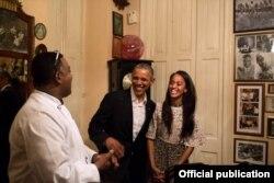 El presidente Obama y su hija Malia conversan con el chef y propietario de la paladar San Cristóbal.