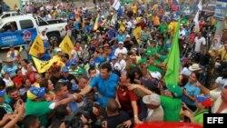 Fotografía de archivo. El candidato de la alianza opositora de Venezuela, Henrique Capriles (c), participa en un acto de campaña.